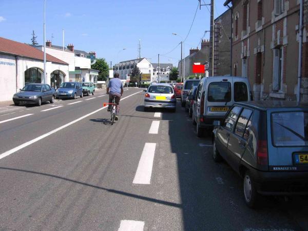 46-gambetta-stationnement-en-double-file-cycliste-en-danger2.
