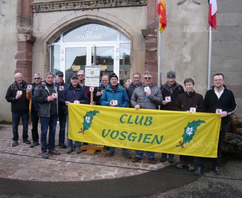 les-membres-du-club-vosgien-presents-ont-arbore-une-plaquette-interdisant-les-vtt-photo-l-alsace-j-m-r-1522683712