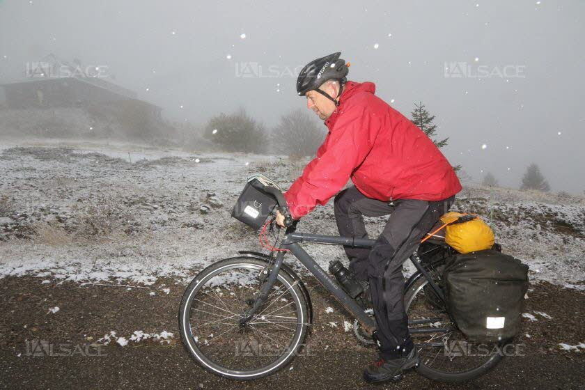 un-cycliste-monte-la-route-du-grand-ballon-sous-la-neige-le-27-octobre-2018-photo-dna-norbert-hecht-1540637449.jpg